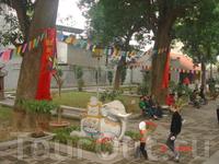 Внутренний дворик Храма Куан Тхань. Мы были в субботу, было много народа. Так-же как у нас молятся, ставят свечки, освещают еду