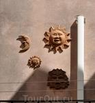Вот такие украшения на стенах домов