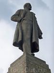 Там установлен памятник В.И.Ленину.Самый большой памятник ,установленный реально жившему человеку.