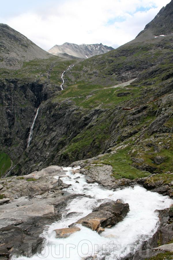 Над водопадом.