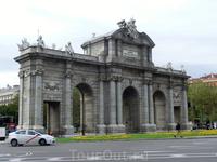 Puerta de Alcala - вид с другой стороны. Оригинальность Ворот Алькала заключается также в том, что они стали первой триумфальной аркой, построенной в Европе после падения Римской империи. После неё в