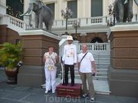 Обзорная экскурсия по Бангкоку. Комплекс храмов Королевского Дворца. В гвардейцы берут с ростом не ниже 160 см.