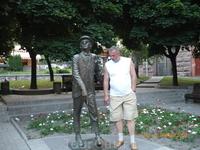 Мой муж Андрей у памятника Паниковскому.