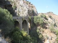 Трехарочный мостик неподалеку от деревни Прассиес