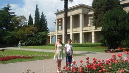 Маршрут по ботаническому саду проходит через красивое административное здание с бассейном и пальмовой аллеей.