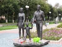 Недалеко от роддома находится памятник счастливой семьи.