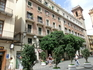 Довольно большая по размеру площадь почти со всех сторон закрыта зданиями. Башня, которая возвышается слева, это все, что осталось от церкви San Bartolomé ...