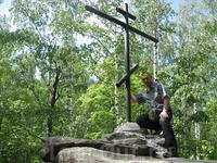 Поклонный крест на самой верхушке острова Веры