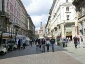 От площади Дуомо отходит улица Данте, ведущая к замку.