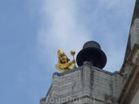 .Фигура человека  с молотом на крыше  церкви Святого  Петра  в  Левене.