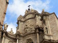 На макушке - железный крест, установленный на шаре и фигурки ангелов. Барельеф изображает Успение Богородицы, на аттике установлены фигуры святых. Собор ...