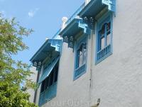 Окна, ставни и двери этого местечка покрашены в голубые тона.