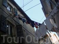 Сушка белья - это нечто особенное, вся одежда развешивается исключительно по размеру, только так и никак по другому :)) буквально весь город увешан постирочными ...