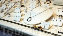 Паровозик ползет по железной дороге прямо к бриллиантам. Женщин - не оторвать...