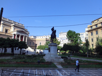 Старый парламент, старый королевский дворец, дворец Оттона, Национальный исторический музей Греции. Он был посторен в 1871 году и служил зданием Национальной Ассамблеи с 1875 по 1932 год. В настоящее