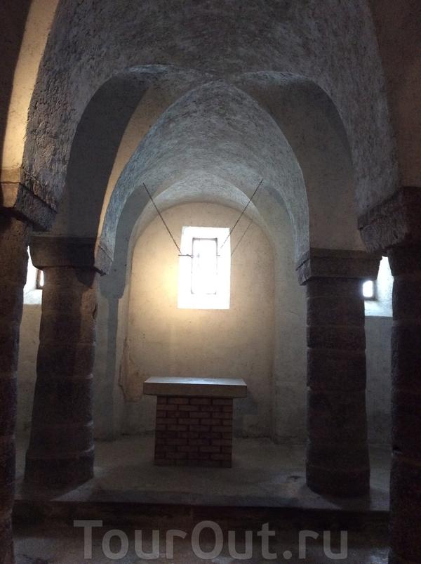 Крипта уникальна тем, что является единственным аутентичным королевским захоронением Венгрии — здесь погребены останки короля Андраша I и его сына Давида.