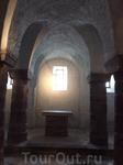 Крипта уникальна тем, что является единственным аутентичным королевским захоронением Венгрии — здесь погребены останки короля Андраша I и его сына Давида ...