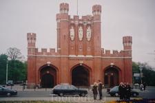 Королевские  Ворота.  Названы так,потому что  располагались  на  Кенигштрассе, что  переводится как королевская  улица.  По  ней  шествовали  прусские ...