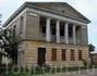 Путевой дворец Александра I. И снова, мы можем видеть невежественное отношение к памятнику истории - облупленные стены, забитые окна железом и полное запустение ...