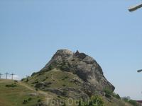 Альпинисты, как яйца, бывают крутые и всмятку. Справа на вершине - крутой, слева кресты на могилах троих погибших на этой горе. Хотя есть версия, что кресты ...