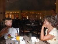 Вон там вдалеке выжимают апельсиновый фрэш. А перед Никиткой стоит стакан, который он должен выпить после еды. Наши уже пустые.