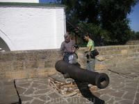 пушки во дворе собора