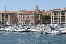 После сытного обеда пришли на пристань и  на кораблике отправились посетить замок Иф.  А это вид на Отель де Виль с моря.