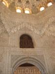 Альгамбра. Дворец султана. Через это окошко гарем султана подглядывал и подслушивал за гостями