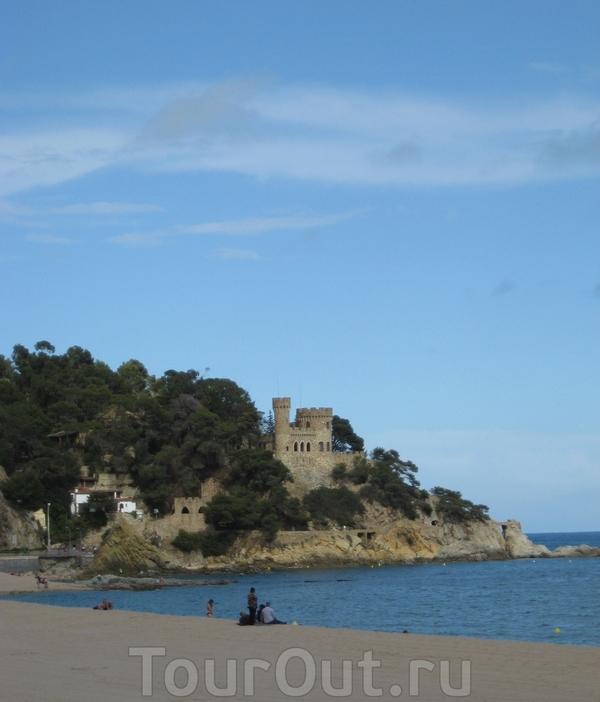 Пляж Ллорета и вдали замок... Это новострой и частное владение.