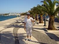 Греция. о.Кефалония. Набережная в Аргостоли причудливо выложена мозаикой, напоминающей волны.