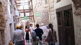 Проходим сквозь узкие арабские улочки и выходим к Стене Плача...