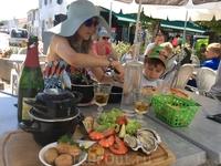 Зато в любой забегаловке можно отведать свежайшие морепродукты: устрицы, мидии, креветки