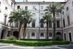 Isola Bella – одна из резиденций и семейства Борромео. Первый этаж палаццо открыт для посещения туристами, остальные - жилые, только для членов семьи.