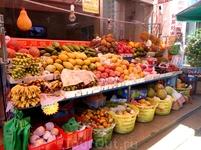 фрукты на каждом углу. Особенно вкусные манго и арбузы!