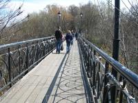 """Прогуливаясь далее по парку вдоль Днепра попадаем на """"мост влюблённых"""""""