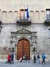 Здание построено в 1551-1559гг , архитектор Martín Gaztelu, интересно камни цоколя взяли из древнеримских развалин (их мы тоже увидели позже). Здание украшено ...
