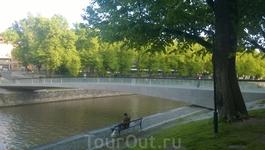 Вид на набережную Ауры и на новый мост через реку.