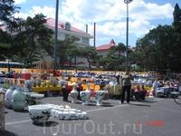 Кому горшочков-вазочек? Рынок керамикм в Байдахэ расположился на площади перед зданием администрации.