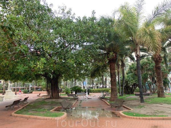 Парк, названный в честь Премьер-министра правительства Испании Хосе Каналехаса, убитого анархистом в начале 1910-х годов, является продолжение экспланады. Довольно большое зеленое пространство. Именно прогуливаясь здесь под зонтом у меня возникло полное ...