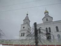 Тот же храм, снято через окно автобуса