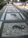 ступеньки выложенны мозайкой из морских камушков и ракушек