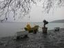 озеро, пеликаны и рыбаки