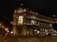 Здание Банка Испании ночью не менее красиво, чем днем.