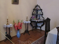 Столовая. Этажерка для посуды. Столики со свечами.