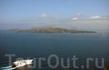 Вид на залив, который когда-то был кратером вулкана и когда-то ушел под воду. Вдали действующий (сейчас спящий) вулкан.