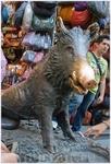Памятник Вепрю — это действующий фонтан. Если положить монетку зверю под языком, поводить вперед-назад по воде, то она выскользнет под его копыта, где ...