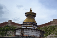 В отличие от монахов Ташилхунпо в Шигаце местные монахи разрешают фотосьемку, и тарифы вполне божеские, не больше 20 юаней (такова такса за главный зал ...