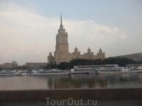 Это одна из  знаменитых сталинских высоток на берегу Москва-реки