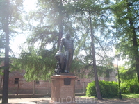 Памятник Беллинсгаузену в Летнем саду Кронштадта.