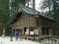 Второстепенное хозяйственное здание комплекса — конюшня — стала всемирно известной, благодаря вырезанным на ней трем обезьяна